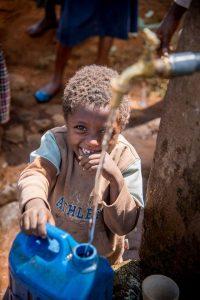 Kinderen halen drinkwater